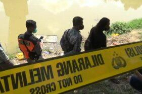 Petugas mengevakuasi jasad bayi yang ditemukan di Bengawan Madiun, Sabtu (28/11/2020). (Istimewa)
