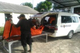 Petugas mengevakuasi jenazah korban di Instalasi Forensi RSUD Sragen, Sabtu (28/11/2020). (Istimewa/PSC 119)