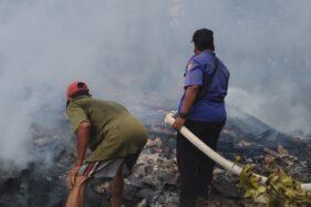 Petugas pemadam kebakaran sedang memadamkan api yang membakar rumah di Kedungjati, Grobogan, Sabtu (28/11/2020). (Polsek Kedungjati)