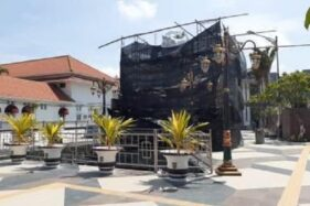 Kain menutupi patung Merlion yang dibangun di Taman Sumber Wangi Kota Madiun, Sabtu (28/11/2020). (Abdul Jalil/Madiunpos.com)