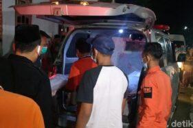 Jenazah sekeluarga asal Pekalongan korban kecelakaan maut di Tol Cipali, Jawa Barat, tiba di rumah duka, Senin (30/11/2020). (Detik.com)
