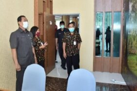 Penjabat (Pj) Sekda Sukoharjo, Widodo (kiri) mengunjungi ruangan konsultasi saat launching pelayanan administrasi dan konsultasi secara online di Gedung Menara Wijaya, Kamis (26/11/2020). (Solopos.com-Humas Pemkab Sukoharjo)