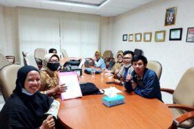 Perwakilan BEM KM Unnes saat mendatangi Kantor Dekan FH Unnes guna menuntut pencabutan sanksi kepada mahasiswa yang melaporkan Rektor Unnes, Prof. Fathur Rokhman, ke KPK, Kamis (19/11/2020). (Istimewa-BEM KM Unnes)