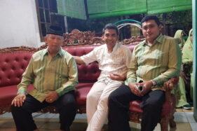 Tokoh wasit asal Solo, Bambang Slameto (kiri) berbincang dengan Manajer Persis Solo, Hari Purnomo (tengah) beberapa waktu lalu. Bambang meninggal dunia pada Kamis (26/11/2020) malam setelah dirawat di RSUD Dr Moewardi. (istimewa)