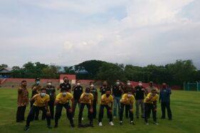 Sejumlah pemain Bhayangkara Solo FC (menunduk) berfoto bersama manajemen klub dan petinggi Universitas Sebelas Maret (UNS) Solo di Stadion Mini UNS, Kamis (26/11/2020). (Solopos/Chrisna Chanis Cara)