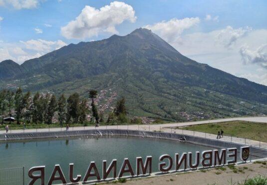 Beberapa orang terlihat mengunjungi Embung Manajar, di Kecamatan Selo, Kabupaten Boyolali, Sabtu (14/11/2020). Dari lokasi itu, pengunjung bisa melihat pemandangan Gunung Merapi. (Solopos/Bayu Jatmiko Adi)