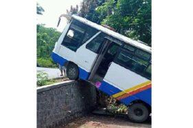 Kondisi minibus pengangkut rombongan pengantin yang terperosok ke tebing karena tidak kuat menanjak di Desa Sambi, Sambirejo, Sragen, Sabtu (28/11/2020). (Istimewa)