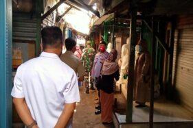 Forkompincam Sidoharjo, Wonogiri saat memberikan edukasi kepada para pedagang dan pengunjung di Pasar Sidoharjo belum lama ini. (Istimewa)