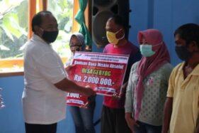 Kepala Dispermades Kabupaten Karanganyar, Agus Heri Bindarto, menyerahkan bantuan secara simbolis kepada penerima manfaat Bantuan Dana Miskin Absolut pada Jumat (27/11/2020). (Istimewa/Dokumentasi PNPM Mandiri Perdesaan Kecamatan Mojogedang)