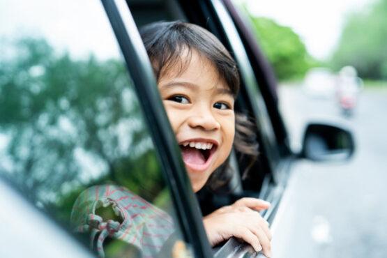 Ilustasi anak naik mobil (Freepik)