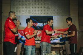 Presiden Pasoepati, Aulia Haryo Suryo (dua dari kanan) memberikan tumpeng pada striker Persis Solo, Tri Handoko, sebelum acara talkshow 97 Tahun Persis Solo di Lokananta, Sabtu (21/11/2020) malam. (istimewa)