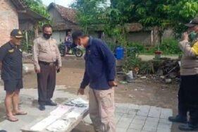 Petugas kepolisian menunjukkan popok milik bayi yang ditemukan di pos kampling Desa Tapelan, Kecamatan Balerejo, Kabupaten Madiun, Minggu (29/11/2020). (Istimewa)