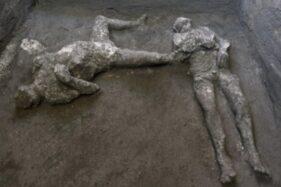 Dua korban yang ditemukan dalam penggalian. (Luigi Spina/Parco Archeologico/EPA)