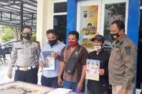Ayah korban, Mulyadi (bermasker merah) menyampaikan keterangan terkait korban laka lantas di Mapolres Madiun, Senin (30/11/2020). (Abdul Jalil/Madiunpos.com)