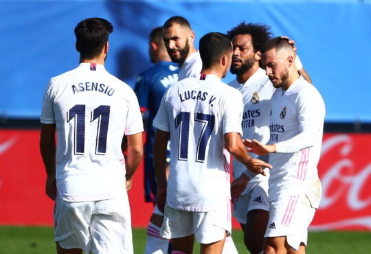 Eden Hazard merayakan golnya bersama rekan-rekannya di Real Madrid. (REUTERS/Javier Barbancho)