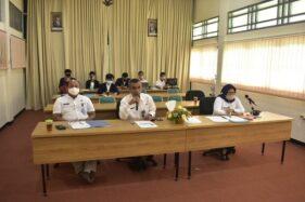 Kepala Dinas Kominfo Kabupaten Karanganyar, Sujarno (tengah) dan Kepala Disdagnakerkop, Martadi, dipandu moderator Sekretaris Diskominfo, Eny Fauziah. (Karanganyarkab.go.id)