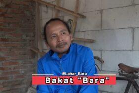 Bakat Lahar Bara pria Boyolali yang nekat mendaki puncak Merapi dalam kondisi Siaga. (Youtube)