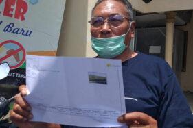 Sunarno, warga Kahuman, Polanharjo menunjukkan surat yang berisikan nilai ganti rugi lahan terdampak jalan tol Solo-Jogja di balai desa setempat, Selasa (24/11/2020). (Solopos/Ponco Suseno)