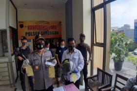 Kapolsek Serengan Kompol Suwanto (kiri) menunjukkan barang bukti kasus penjambretan di Mapolsek Serengan pada Rabu (25/11/2020). (Istimew/ Dok Polresta Solo)