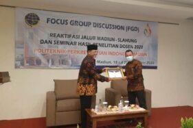 Direktur PPI Madiun, Amirullah, menyerahkan sertifikat kepada Wali Kota Madiun Maidi saat acara FGD Reaktivasi Jalur Madiun-Slahung dan Seminar Hasil Penelitian Dosen PPI, Kamis (19/11/2020). (Madiunpos.com-Abdul Jalil)