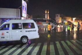 Suasana di kawasan terminal lama Sragen sesaat setelah terjadi kecelakaan antara bus Eka dengan sebuah kendaraan bermotor yang membuat seorang mahasiswi koma, Sabtu (28/11/2020) malam. (Istimewa/PMI Sragen)