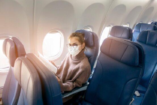 Ilustrasi penggunaan masker di dalam pesawat (Freepik).