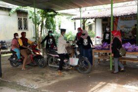Warga mengendarai motor saat membeli sembako dalam pasar murah Dukuh Jatirejo, Desa Trombol, Mondokan, Sragen, Senin (23/11/2020). (Istimewa-Diskominfo Sragen)