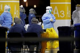 Staf medis di bandara Pudong Internasional. (Reuters)