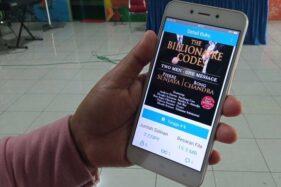 Warga menunjukkan sampul e-book yang bisa diakses melalui aplikasi iSragen di layar smartphone, Senin (30/11/2020). (Solopos.com/Moh. Khodiq Duhri)