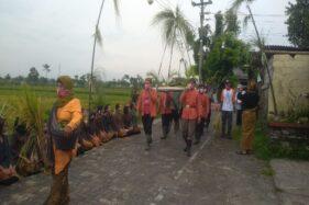 Warga di Kayuhan, Sidowayah, Polanharjo, Klaten, saat uri-uri tradisi wiwitan di daerah setempat, Sabtu (28/11/2020) sore. (Istimewa/Dokumentasi Pemdes Sidowayah)