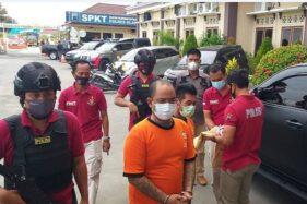Dua tersangka kasus narkoba yang dicokok Satnarkoba Polres Klaten di awal November 2020, Kamis (26/11/2020). (Solopos.com/Ponco Suseno)