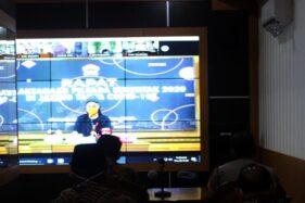 Gubernur Jawa Tengah Ganjar Pranowo terlihat di layar lebar saat rapat langsung lewat Zoom untuk membahas persiapan Pilkada Serentak 2020 di Command Center Setda Sragen, Kamis (26/11/2020). (Solopos/Tri Rahayu)