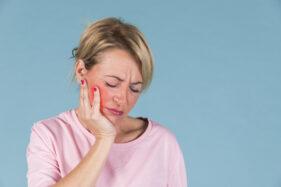 Ada beberapa cara dan bahan sederhana untuk pertolongan pertama sakit gigi (ilustrasi/freepik)