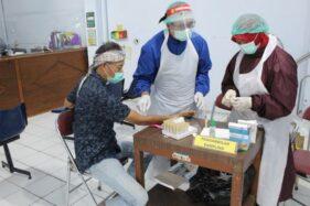 Seorang petugas PTPS menjalani rapid test di Pustu Begajah, Kecamatan Sukoharjo, Kamis (26/11/2020). (Solopos-R. Bony Eko Wicaksono)