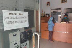 Perangkat Desa Sendang, Kecamatan Wonogiri, Kabupaten Wonogiri, melayani warga di kantor desa setempat, Rabu (25/11/2020). (Solopos/Rudi Hartono)