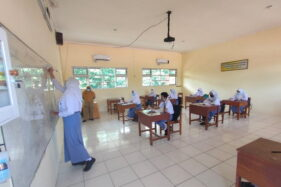 Siswa mengikuti uji coba PTM di SMAN 2 Wonogiri, Senin (16/11/2020). Mereka bagian dari 18 siswa yang baru mengikuti kegiatan pada pekan kedua ini. Uji coba PTM di sekolah tersebut berlanjut hingga 20 November mendatang. (Solopos/Rudi Hartono)