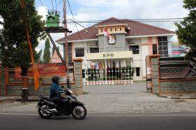 Seorang warga melintas di depan Kantor KPU Sragen yang terletak di Kampung Widoro, Kecamatan Sragen Kota, Sragen, Selasa (1/12/2020). (Solopos.com/Tri Rahayu)