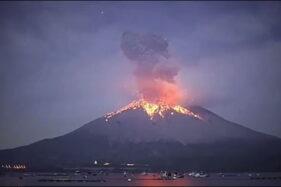 Gunung Semeru di Jawa Timur meletus pada Selasa (1/12/2020) dini hari. (Instagram/@lawuviasingolangu)