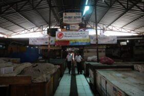 Petugas keamanan berpatroli untuk memastikan keamanan barang dagangan milik pedagang saat Pasar Gede, Solo, tutup sementara, Selasa (1/12/2020). (Solopos/Nicolous Irawan)