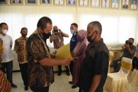 Bupati Karanganyar, Juliyatmono, menyerahkan bantuan berupa hibah ternak tahap satu kepada 177 peternak di Kabupaten Karanganyar pada Selasa (1/12/2020). (Istimewa/Dokumentasi Diskominfo Karanganyar)