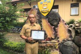 Kepala SMKN Jenawi, Sri Eka Lelana, menunjukkan penghargaan dari Ditjen Guru dan Tenaga Kependidikan Kemendikbud pada Rabu (2/12/2020). (Istimewa/Dokumentasi Pribadi)
