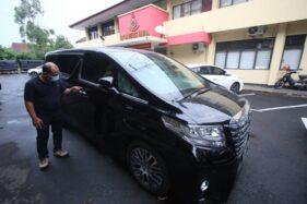 Kondisi mobil Toyota Alphard yang ditembaki di Jl Monginsidi, Solo, Rabu (2/12/2020). (Solopos/Nicolous Irawan)