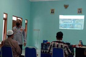 Kasi Angkutan Orang Dishub Sragen Bayu Yuliaji Kurniawan menjelaskan kemudahan dalam aplikasi Sinau kepada para pengusaha angkutan umum di aula Dishub Sragen, Rabu (2/12/2020). (Solopos.com/Tri Rahayu