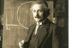 Albert Einstein mempublikasikan teori relativitas umum. (wikipedia.org)