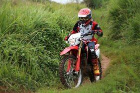 Gunakan riding gear yang tepat saat off road. (Solopos.com/Astra Motor Jateng)