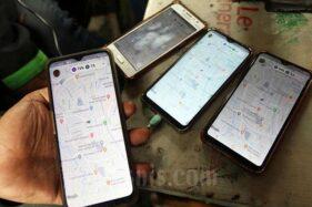 Pengemudi ojek online menunjukan aplikasi di gawainya saat menunggu penumpang di kawasan Mayestik, Jakarta, Rabu (18/3/2020). (Bisnis-Eusebio Chrysnamurti)