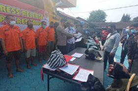 Kapolres Sragen, AKBP Yuswanto Ardi, menunjukkan para tersangka pencurian kendaraan bermotor di halaman mapolres setempat, Kamis (3/12/2020). (Solopos.com/Moh. Khodiq Duhri)