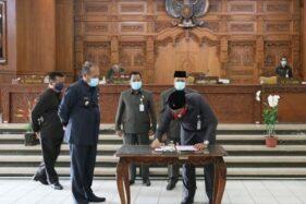Ketua DPRD Klaten Hamenang Wajar Ismoyo, menandatangani nota kesepakatan antara DPRD Klaten dan Pemkab Klaten terhadap Perda APBD 2021 dalam rapat paripurna DPRD, Kamis (26/11/2020). (Solopos.com/Humas Setda Klaten)