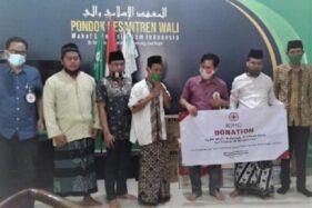 Para pengurus Ponpes Wali di Kecamatan Tuntang, Kabupaten Semarang, saat menerima bantuan dari Komite Internasional Palang Merah atau ICRC, Senin (1/12/2020). (Semarangpos.com-PMI Jateng)