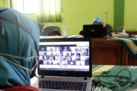 Seorang guru mengawasi ujian daring dengan melihat tampilan wajah siswa saat mengerjaan soal ujian CBT di ruang IT SMP Birrul Walidain Muhammadiyah Sragen, Senin (30/11/2020). (Solopos.com-Tri Rahayu)